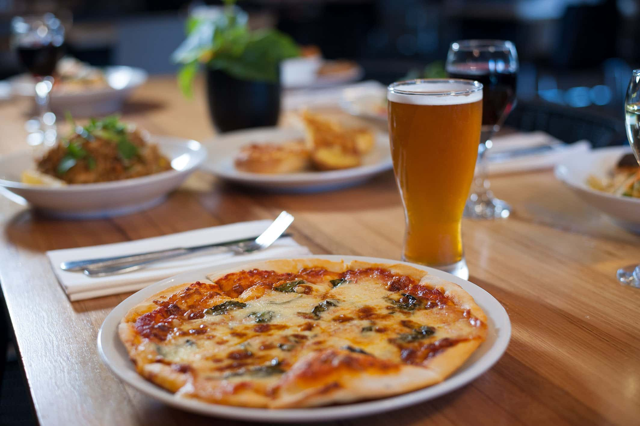 pizza, dinner, dinner table, the bistro, pizza and beer, moama bowling club, moama bowling club bistro